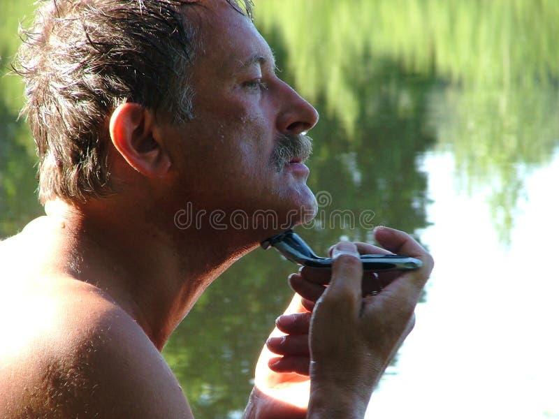 O homem está raspando imagens de stock royalty free