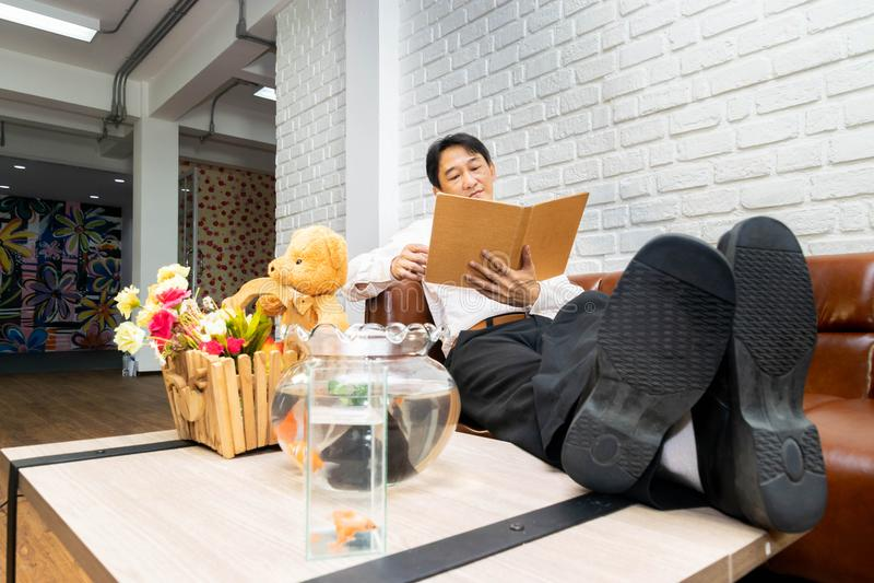 O homem está relaxando fotos de stock royalty free