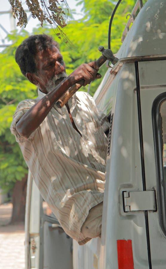 O homem está reparando um vagão em Hyderabad, Índia imagem de stock