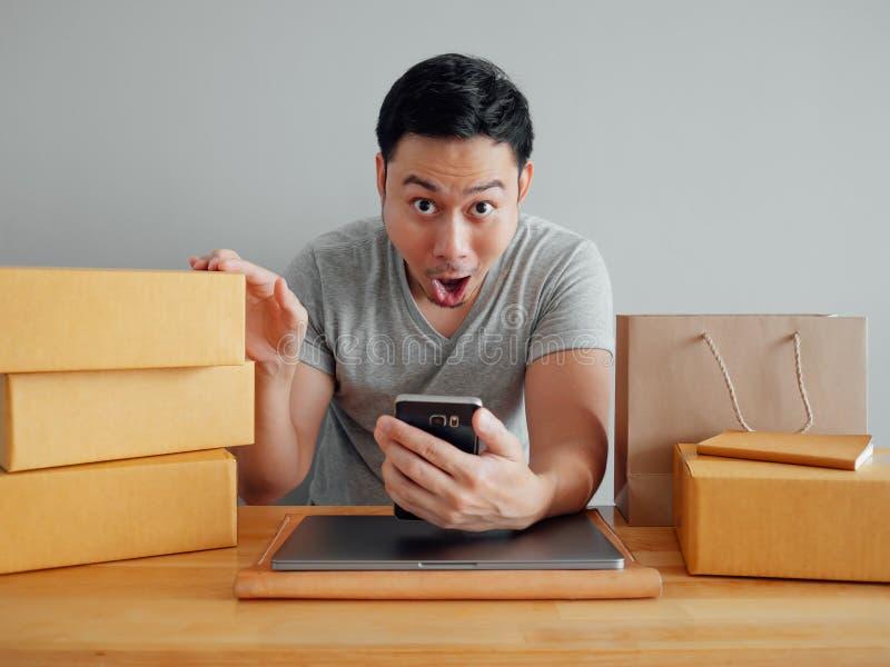 O homem está sentindo o happyand excitar com suas vendas em linha no s imagem de stock royalty free