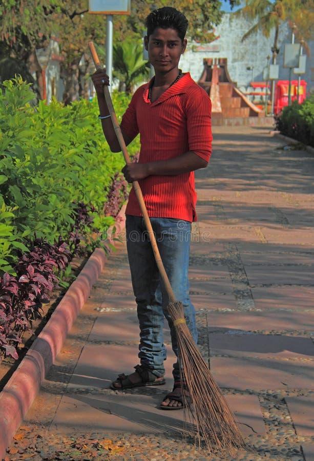 O homem está varrendo a rua em Ahmedabad, Índia imagem de stock royalty free