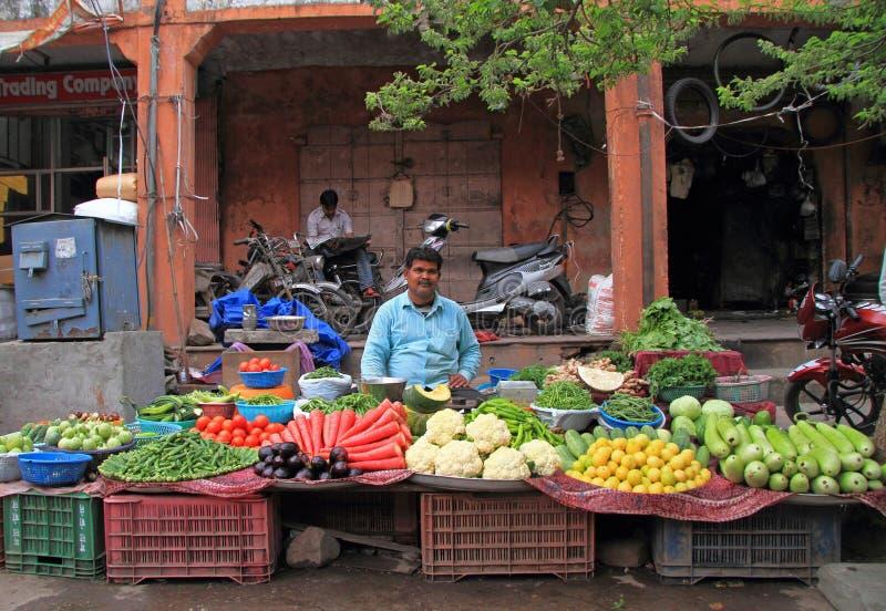 O homem está vendendo os vegetais exteriores em Jaipur, Índia fotos de stock