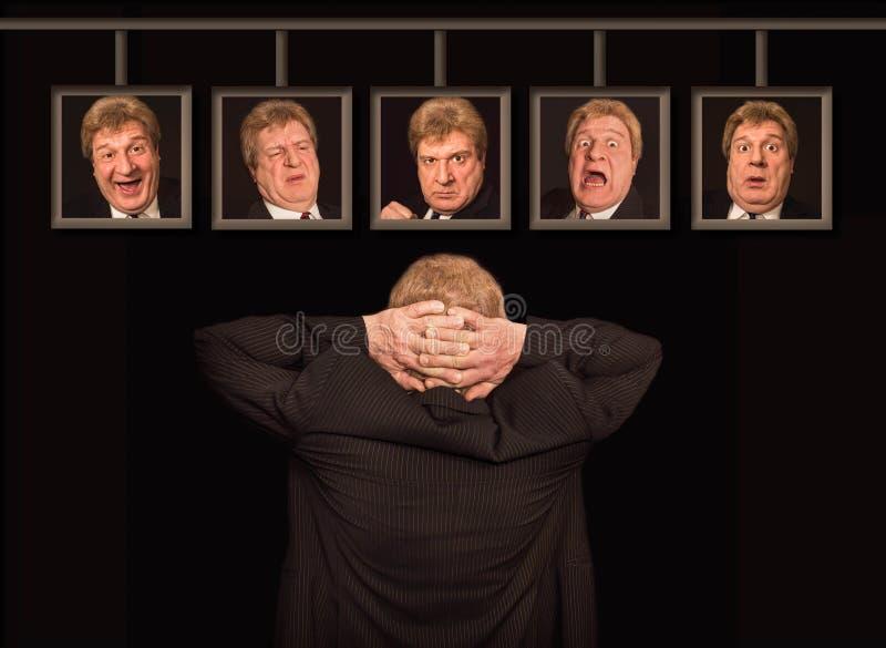 O homem europeu superior na frente dos cartazes com suas caras imagem de stock royalty free