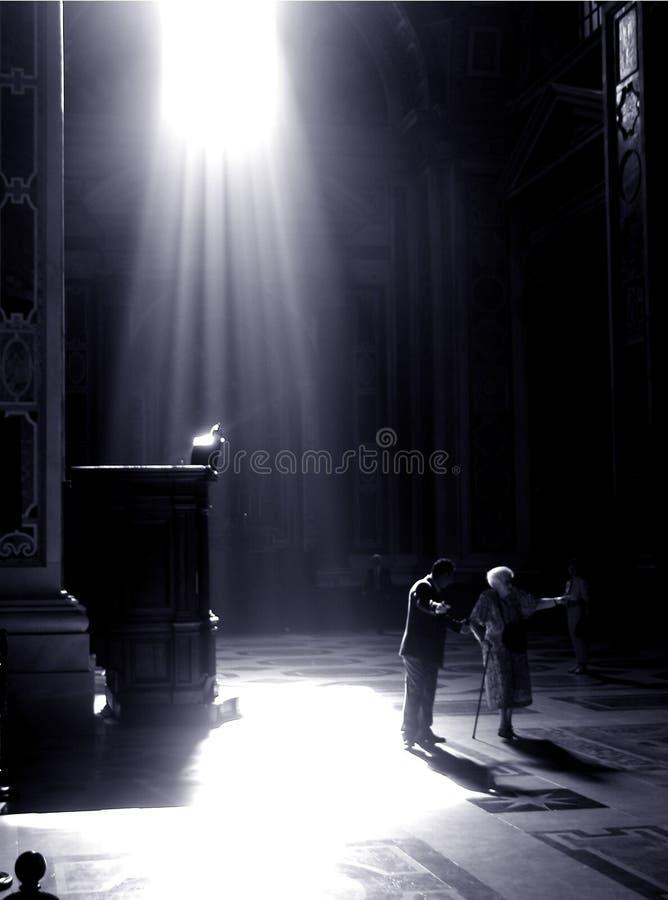 O homem fala às mulheres espantadas no vatican imagens de stock