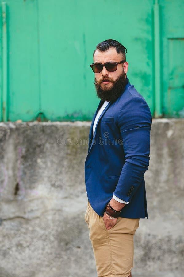 O homem farpado à moda anda através da cidade imagens de stock royalty free