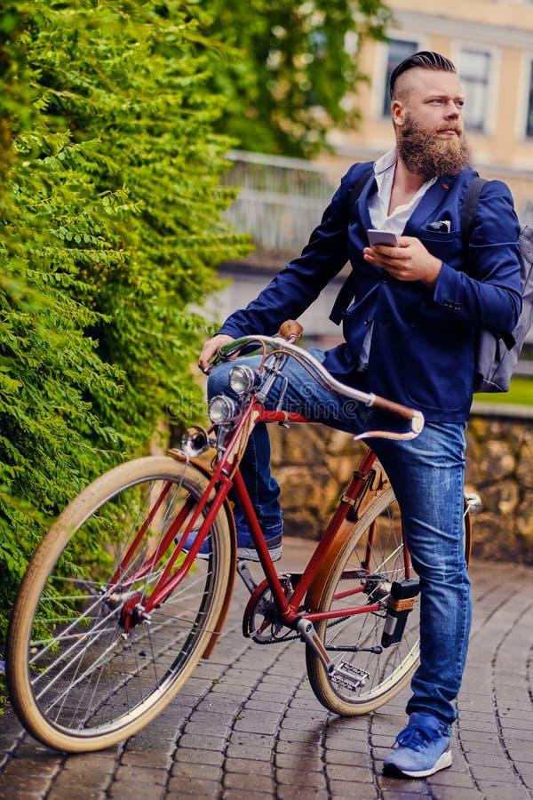 O homem farpado em um parque fala pelo telefone esperto imagens de stock royalty free