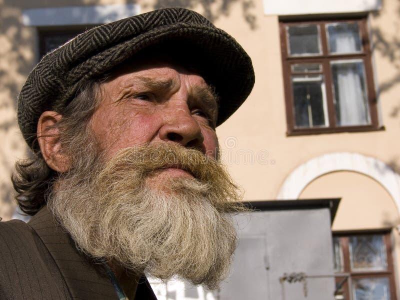 O homem farpado idoso foto de stock