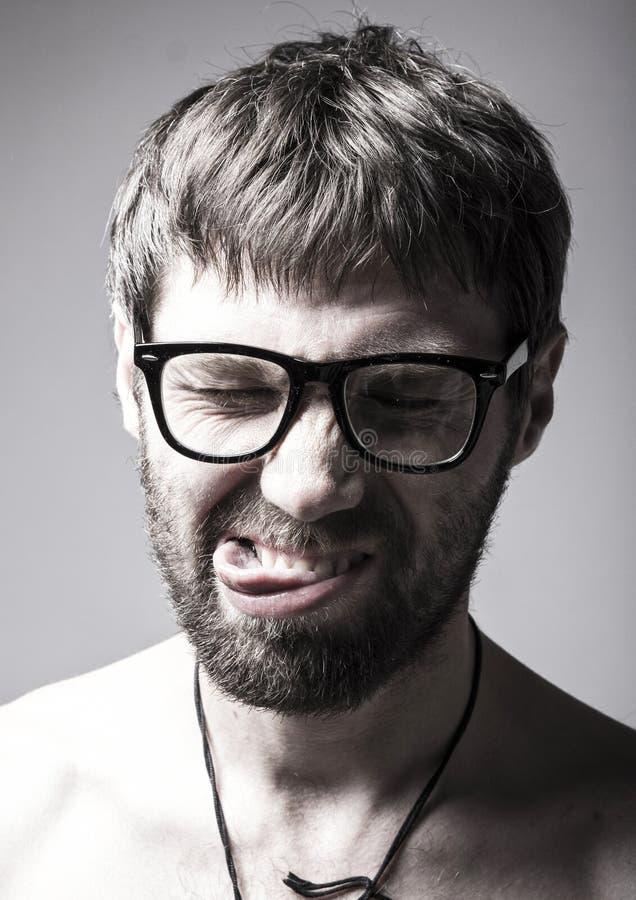 O homem farpado nos vidros joga o tolo homem louco, expressão engraçada foto de stock royalty free