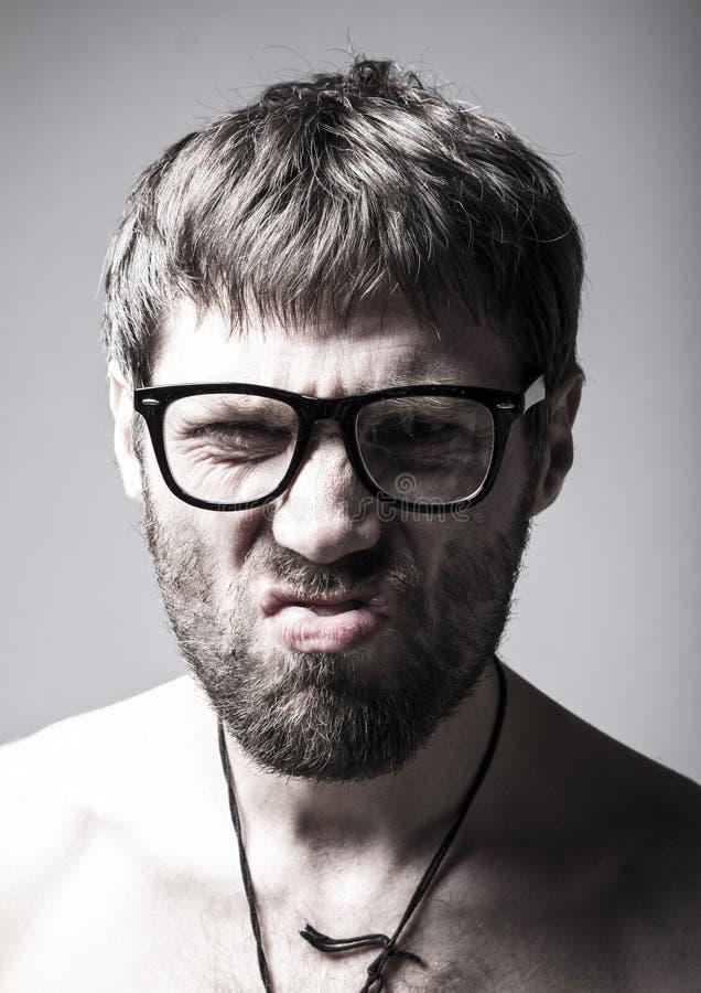 O homem farpado nos vidros joga o tolo homem louco, expressão engraçada fotos de stock