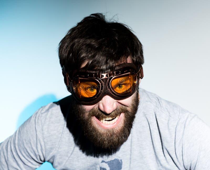 O homem farpado nos vidros joga o tolo homem louco, expressão engraçada fotografia de stock