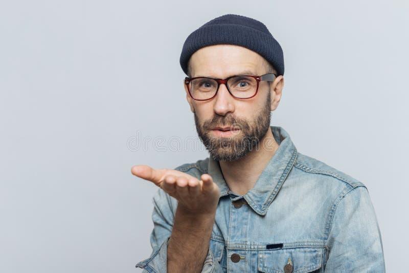 O homem farpado parecendo jovem agradável com bigode, veste a forma foto de stock royalty free