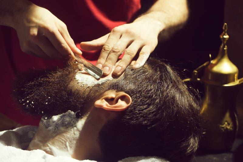 O homem farpado tem a barbeação imagens de stock royalty free