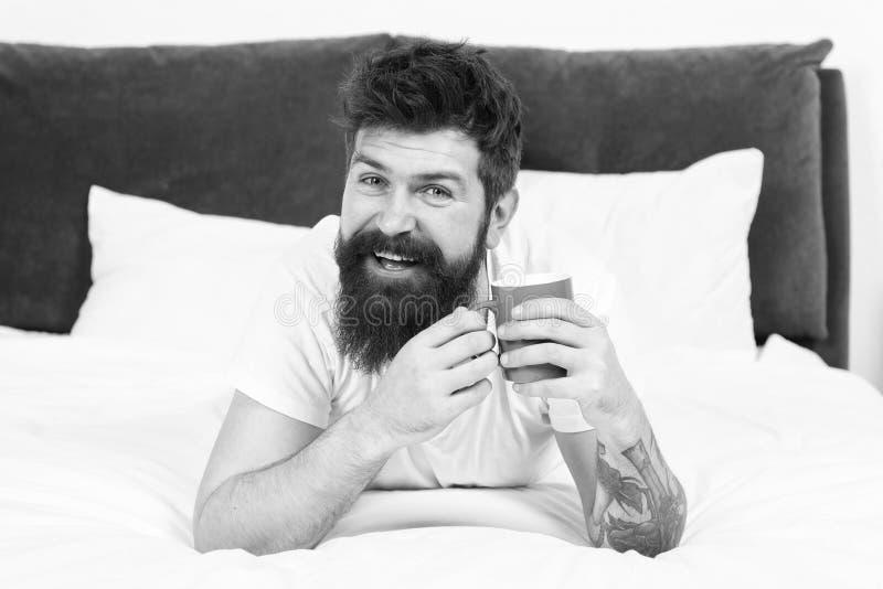 O homem feliz aprecia o caf? da manh? Caf? fresco Manh? feliz Caf? farpado da manh? da bebida do homem homem farpado feliz na cam foto de stock