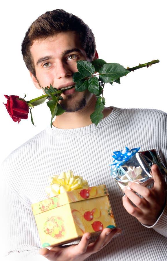 O homem feliz com presentes e levantou-se imagens de stock