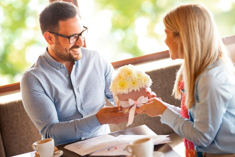 O homem feliz d? a ramalhete rom?ntico das flores sua esposa amado fotos de stock royalty free