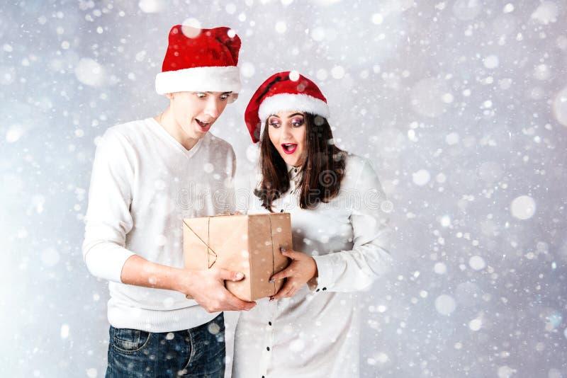 O homem feliz dos pares e a mulher gorda comemoram o Natal e o ano novo fotos de stock