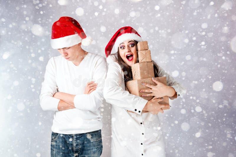 O homem feliz dos pares e a mulher gorda comemoram o Natal e o ano novo imagem de stock royalty free