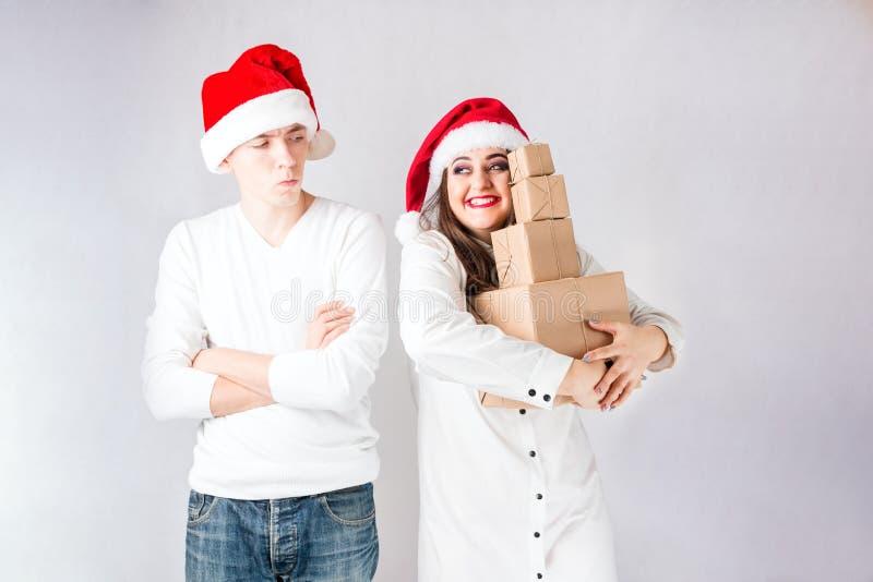 O homem feliz dos pares e a mulher gorda comemoram o Natal e o ano novo imagens de stock