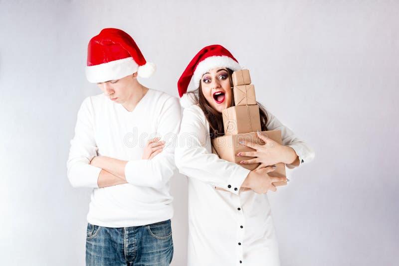 O homem feliz dos pares e a mulher gorda comemoram o Natal e o ano novo imagem de stock