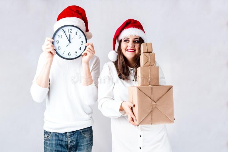 O homem feliz dos pares e a mulher gorda comemoram o Natal e o ano novo imagens de stock royalty free