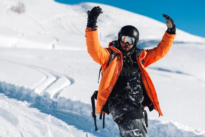 O homem feliz está ficando na neve foto de stock royalty free