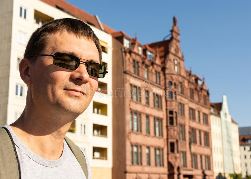 O homem feliz exulta no sol do outono em Berlim fotografia de stock royalty free