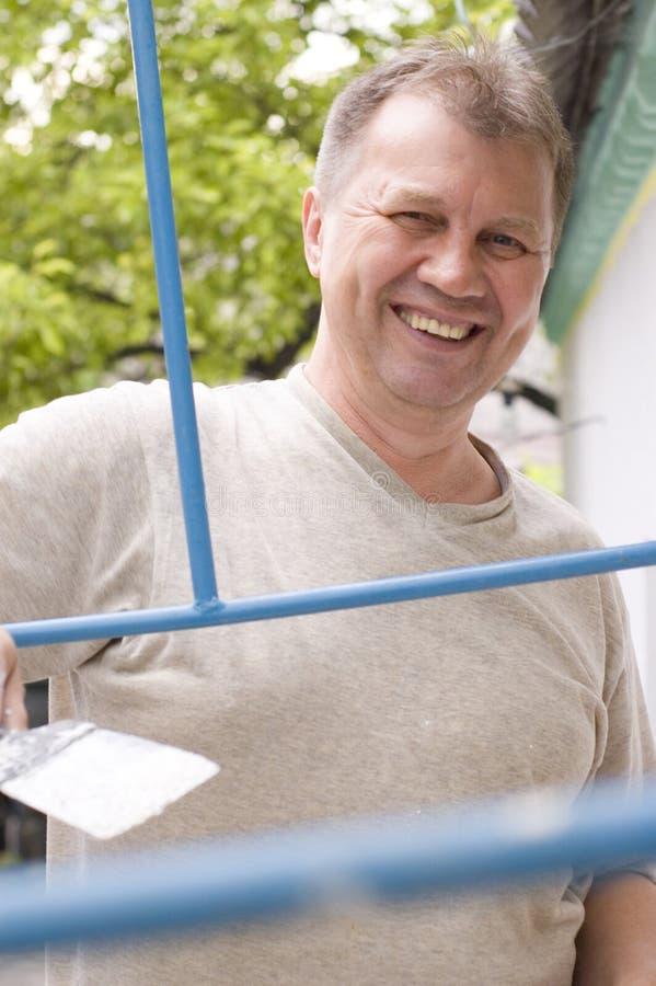 O homem feliz faz a renovação foto de stock royalty free