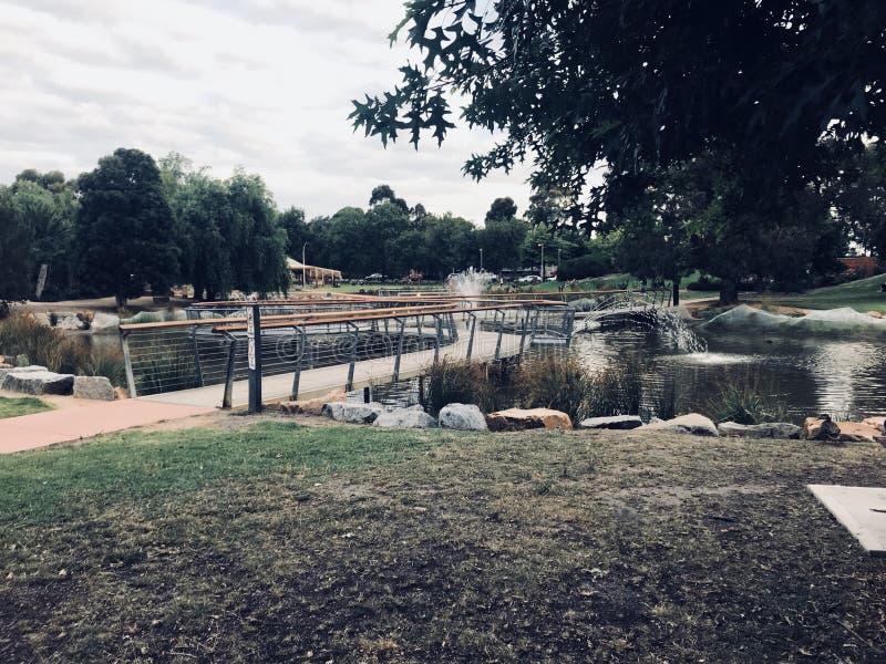 O homem fez a ponte sobre o lago fotos de stock
