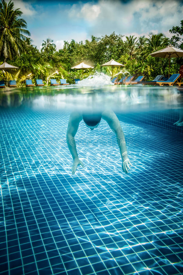O homem flutua debaixo d'água na associação imagens de stock royalty free