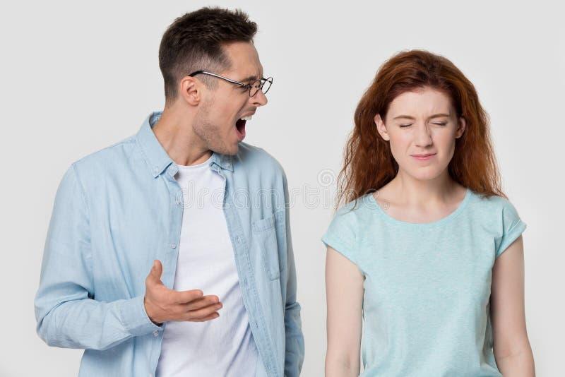O homem furioso discute com a gritaria da amiga nela imagens de stock royalty free