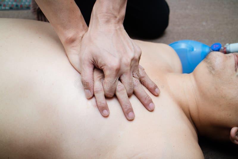 O homem gordo era ressuscitação e CPR Da causa da obesidade muita disea fotografia de stock