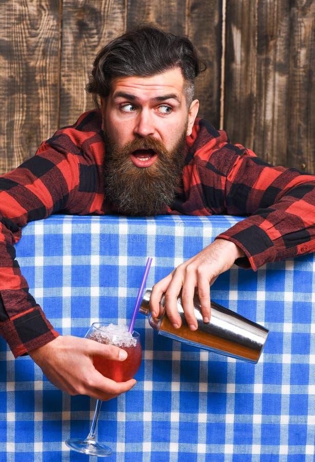 O homem guarda o abanador no fundo da toalha de mesa da manta foto de stock