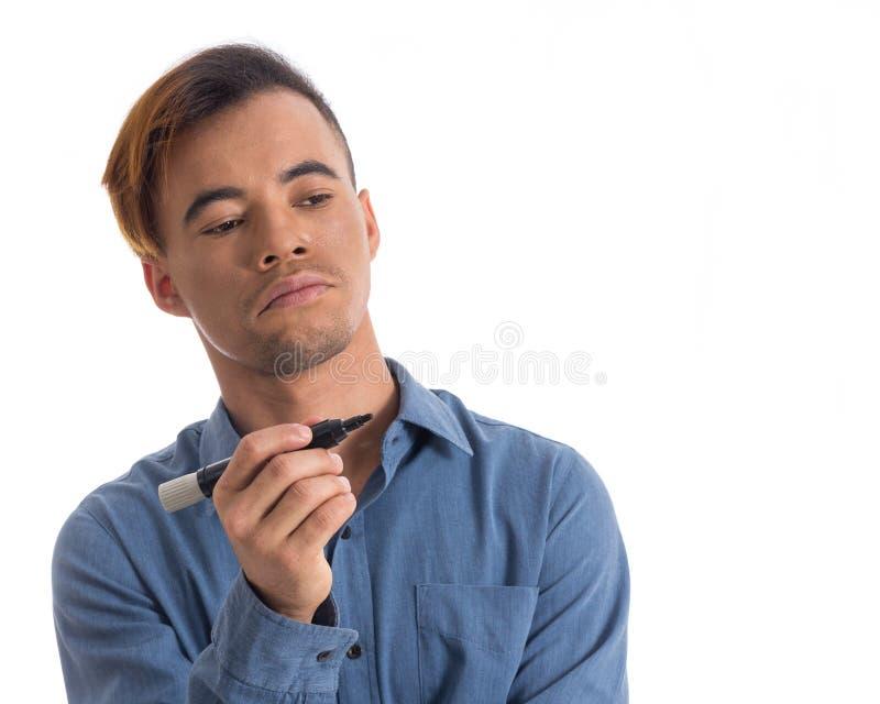 O homem guarda o marcador permanente O homem novo preto veste sh social azul foto de stock
