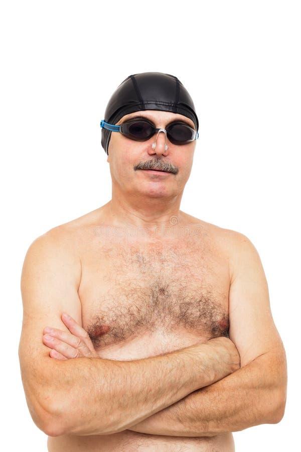 O homem idoso está preparando-se para nadar Em sua cabeça que veste um special imagem de stock royalty free