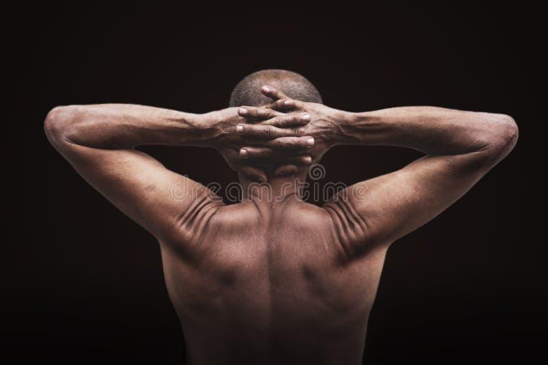 O homem idoso mostra a boa saúde O exercício faz o corpo os músculos saudáveis e fortes fotos de stock royalty free