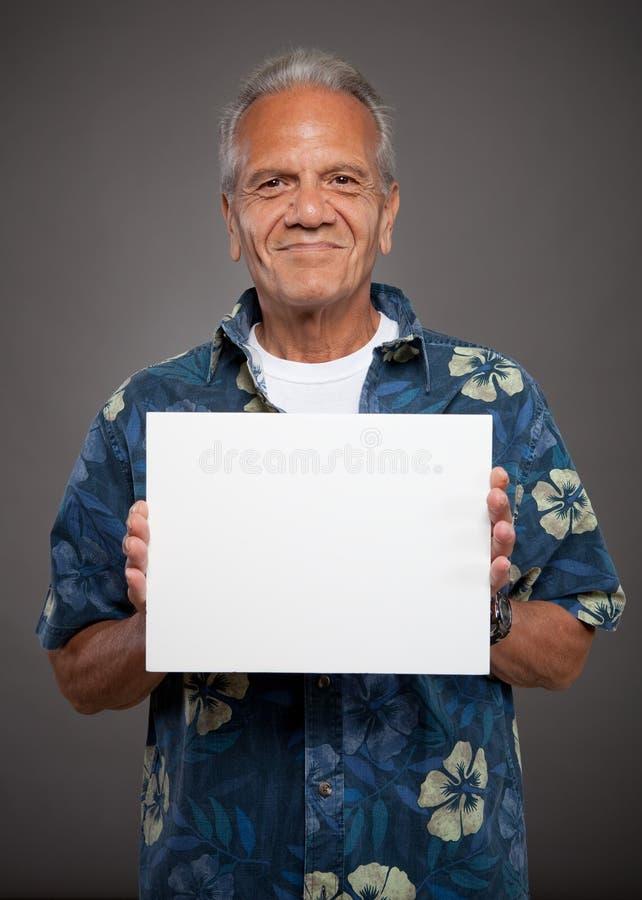 O homem idoso prende o sinal em branco imagem de stock royalty free