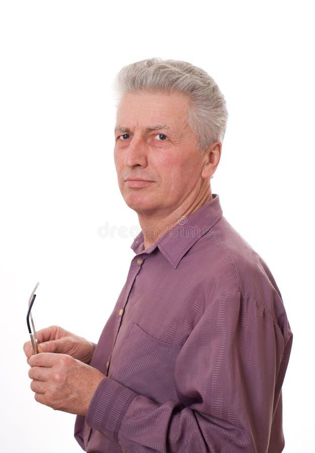 O homem idoso prende vidros fotografia de stock royalty free