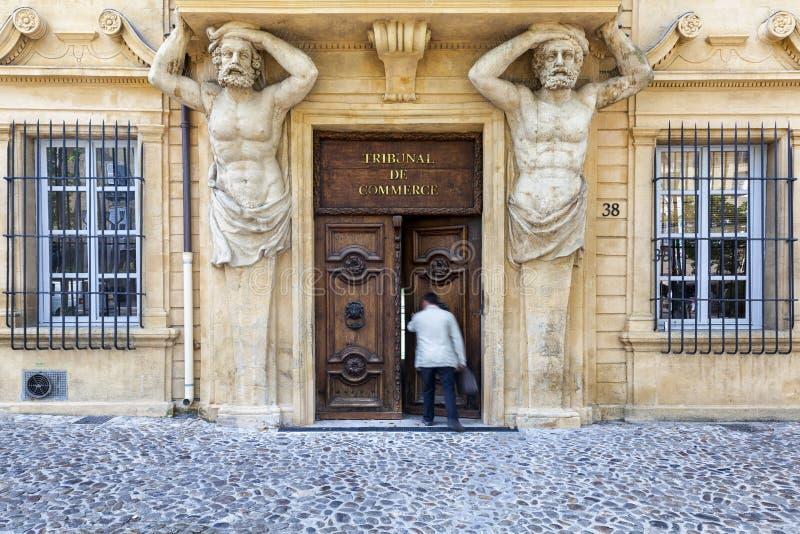 O homem incorpora a corte comercial a Aix en Provence fotografia de stock