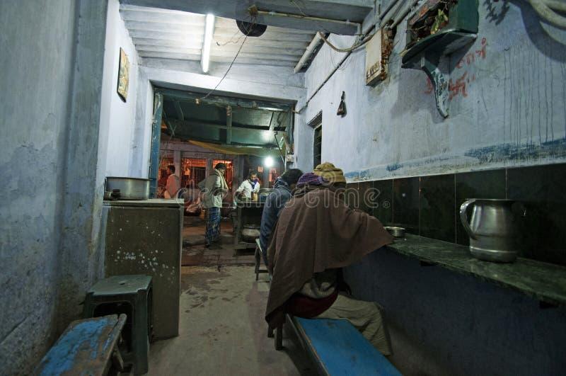 O homem indiano come seu jantar em um baixo restaurante do orçamento em Patna fotos de stock royalty free