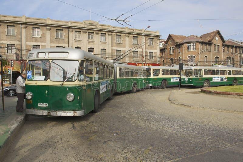 O homem inscreve o ônibus bonde velho em Valparaiso, o Chile foto de stock