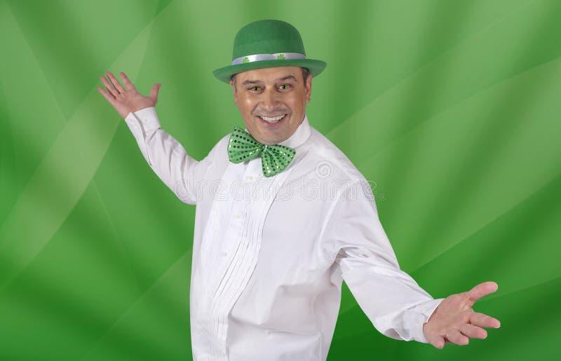 O homem irlandês com ` s do gato Eyes pronto para comemorar o dia do St Patricks imagens de stock royalty free
