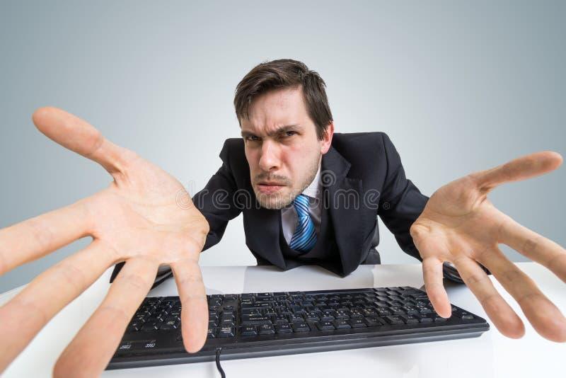 O homem irritado e confuso forçado está trabalhando com computador foto de stock royalty free