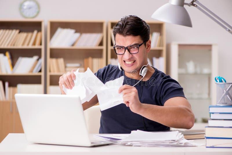O homem irritado que rasga distante seu documento devido ao esforço fotos de stock royalty free