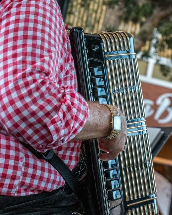 O homem joga o acordeão no festival alemão da cerveja imagens de stock royalty free