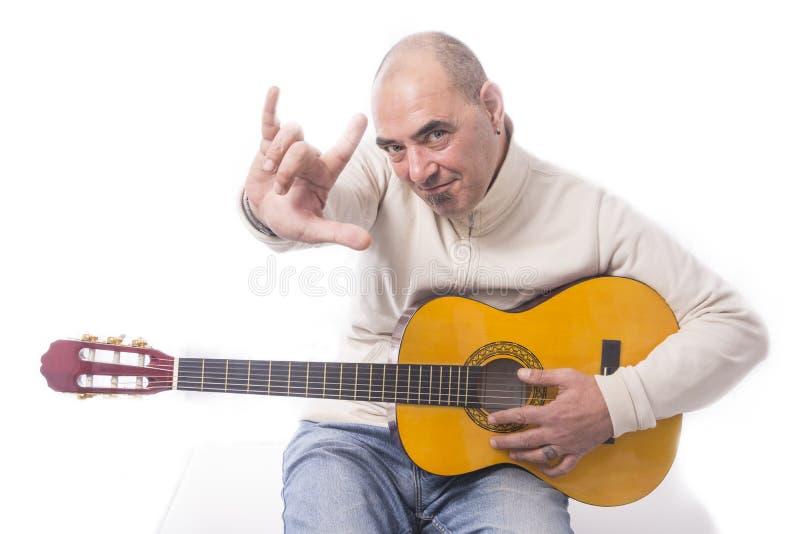 O homem joga a guitarra clássica foto de stock