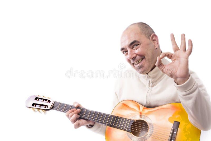 O homem joga a guitarra clássica fotografia de stock royalty free
