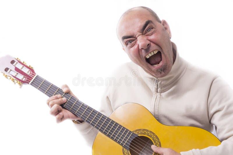 O homem joga a guitarra clássica fotos de stock