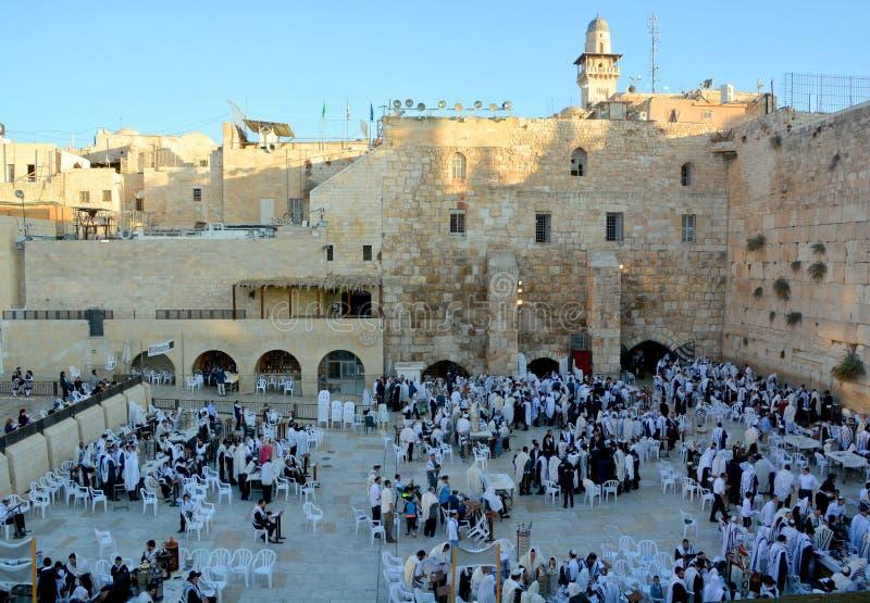 O homem judaico comemora Simchat Torah foto de stock