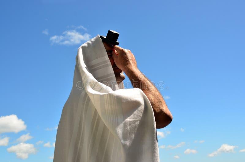 O homem judaico pray ao deus sob o céu azul aberto imagens de stock