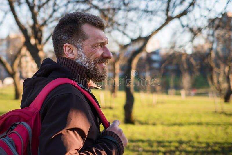 O homem maduro está andando em um parque foto de stock royalty free
